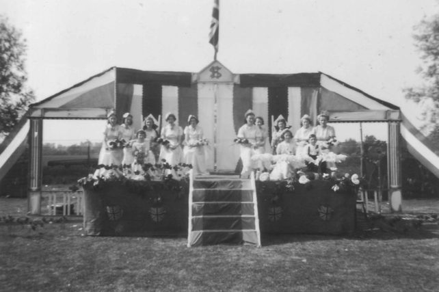 A group of women in white dresses and with bouquets