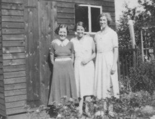 Doris Tweedle, Maud Squire, Alice Cowley at 14 Caledonian Road 193.
