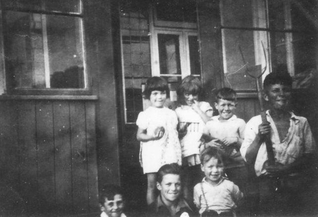 Stephenson children and friends in Common Lane