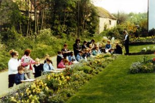 Priory Common First School Children sketching Ivy House, Primrose Road, Old Bradwell in early 1996